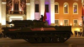 Russische wapens Repetitie van militaire parade (bij nacht) dichtbij het Kremlin, Moskou, Rusland (op Mei 04, 2015) stock videobeelden