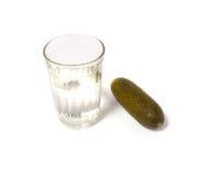 Russische wodka die op wit wordt geïsoleerda Stock Foto's