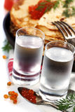 Russische wodka met pannekoeken en rode kaviaar Royalty-vrije Stock Foto's