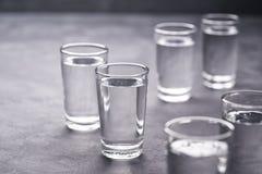 Russische wodkaschoten op zwarte lijst, exemplaarruimte stock afbeelding