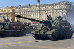 Russische zware gemotoriseerde 152 mm-houwitser 2S19 msta-S (M1990-Landbouwbedrijf) Royalty-vrije Stock Afbeeldingen