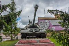 Russische zware tank van de Tweede Wereldoorlog op het voetstuk Royalty-vrije Stock Foto's