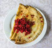 Russischer Blini mit Lingonberries Lizenzfreie Stockfotos