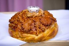 Russischer Brotlaib der Tradition mit Salz für die Heirat Lizenzfreies Stockbild