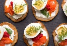Russischer Buchweizenpfannkuchen Blini mit Sahne und Kaviar Lizenzfreies Stockbild