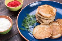 Russischer Buchweizenpfannkuchen Blini mit Sahne und Kaviar Stockfotografie