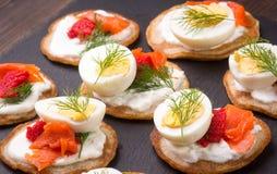 Russischer Buchweizenpfannkuchen Blini mit Sahne und Kaviar Lizenzfreie Stockfotos