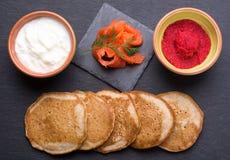 Russischer Buchweizenpfannkuchen Blini mit Sahne und Kaviar Lizenzfreie Stockfotografie