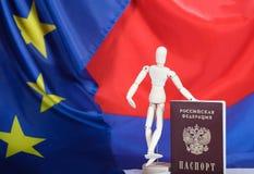 Russischer Durchlauf und hölzerne blinde Figürchen auf russischem und europäischem f Stockbilder