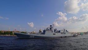 Russischer Fregatte Admiral Makarov auf Neva-Fluss, der zur Parade zum Marine-Tag, St Petersburg, Russland sich vorbereitet Zeits stock video footage
