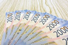 Russischer Geldhintergrund Neue 2000 und 200 Rubel, alte Banknoten in den Bezeichnungen von 100, 500, 1000 und 5000 russischen Ru Stockfotos