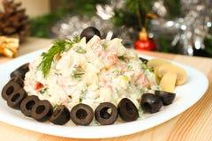 Russischer Gemüsesalat mit Pilzen auf Sylvesterabend Lizenzfreies Stockfoto