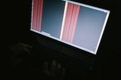 Russischer Hacker, der den Server in der Dunkelheit zerhackt stockfoto
