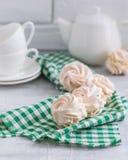 Russischer handgemachter Zefir oder Eibisch mit Schalen und ein Teekannenhintergrund, ein Brunch oder ein Frühstückskonzept lizenzfreie stockbilder