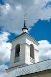 Russischer Kirchenglockekontrollturm gegen Sommerhimmel. Stockfotografie