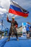 Russischer Kosake mit der russischen Flagge Lizenzfreies Stockfoto