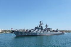 Russischer Kreuzer Moskva in der Bucht von Sewastopol Stockfotografie