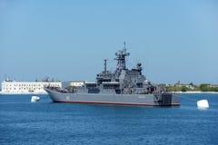 Russischer Kreuzer Novocherkassk in der Bucht von Sewastopol Stockbilder