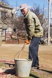 Russischer Landwirt mit Eimer und Schaufel Stockfotografie