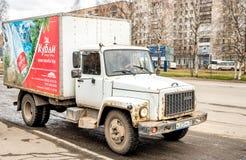 Russischer LKW auf einer Straße in der Stadt Arkhangelsk Stockfotografie