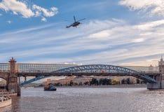 Russischer Luftwaffenhubschrauber fliegt über Gorky Park-und Pushkin-Brücke stockfoto