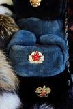 Russischer Mann des Pelzhutes mit Wappen und einen roten Stern Lizenzfreies Stockbild