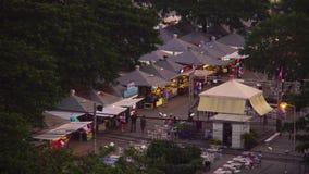 Russischer Markt vom Dach eines Hauses gefüllt mit Leuten stock footage