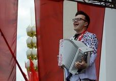 Russischer Musiker, Akkordeonspieler Sergei Voitenko spricht an einem freien Konzert zu Ehren Victory Days Stockbilder