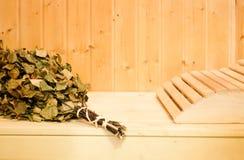 Russischer oder finnischer Saunabesen und -kopflehne in der hölzernen Sauna Dampfbad mit heißem Dampf des Besens lizenzfreies stockbild