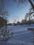 Russischer Park mit Riesenrad herein Winter lizenzfreie stockfotografie