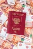 Russischer Pass für Ausland und 5000 Rubel Stockfoto