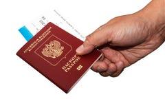 Russischer Pass Isoalted in der Hand mit Bordkarte Lizenzfreie Stockbilder