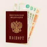 Russischer Pass und Bargeld auf Gejammer Stockbild