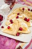 Russischer Pfannkuchen Blini auf weißem hölzernem Hintergrund Lizenzfreie Stockfotos