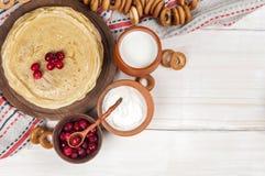 Russischer Pfannkuchen Blini auf weißem hölzernem Hintergrund Lizenzfreie Stockbilder