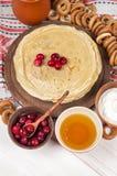 Russischer Pfannkuchen Blini auf weißem hölzernem Hintergrund Stockbild