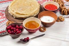Russischer Pfannkuchen Blini auf weißem hölzernem Hintergrund Lizenzfreie Stockfotografie