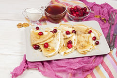 Russischer Pfannkuchen Blini auf weißem hölzernem Hintergrund Stockfotografie