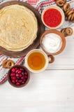 Russischer Pfannkuchen Blini auf weißem hölzernem Hintergrund Lizenzfreies Stockbild