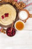 Russischer Pfannkuchen Blini auf weißem hölzernem Hintergrund Stockfotos