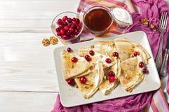Russischer Pfannkuchen Blini auf weißem hölzernem Hintergrund Stockbilder