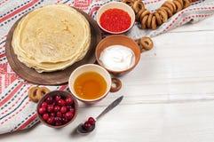 Russischer Pfannkuchen Blini auf weißem hölzernem Hintergrund Stockfoto