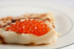 Russischer Pfannkuchen mit rotem Kaviar Lizenzfreie Stockfotografie