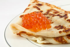Russischer Pfannkuchen mit rotem Kaviar Lizenzfreie Stockbilder