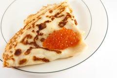 Russischer Pfannkuchen mit rotem Kaviar Stockfotografie