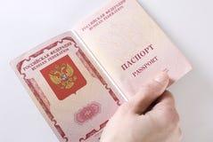 Russischer reisender Paß in der Hand. Lizenzfreies Stockbild
