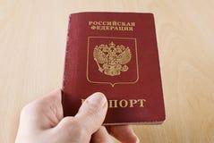 Russischer reisender Paß in der Hand. Stockfotografie