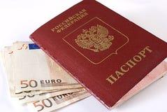 Russischer reisender Paß und Geld. Lizenzfreie Stockfotos
