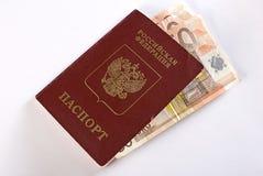 Russischer reisender Paß und Geld. Lizenzfreies Stockbild
