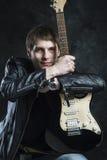 Russischer Rocker Der Kerl mit der Gitarre vor einem Fotografen Grungemusik, Streicher, Musik, Instrument, Gitarre, Geistigkeit Stockfoto